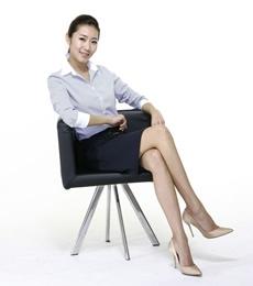 端庄大气商务女士坐姿PPT图片素材