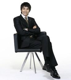 商务精英男士椅子上坐姿PPT图片素材下载